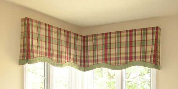 Scalloped Box Pleat Valance With Contrast Banding And Piping